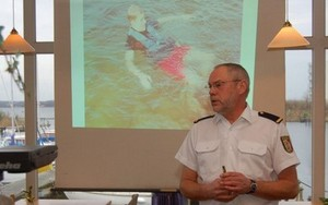 Oberkommissar Herrmann im Info-Einsatz: Er erklärt, wie Rettungswesten funktionieren